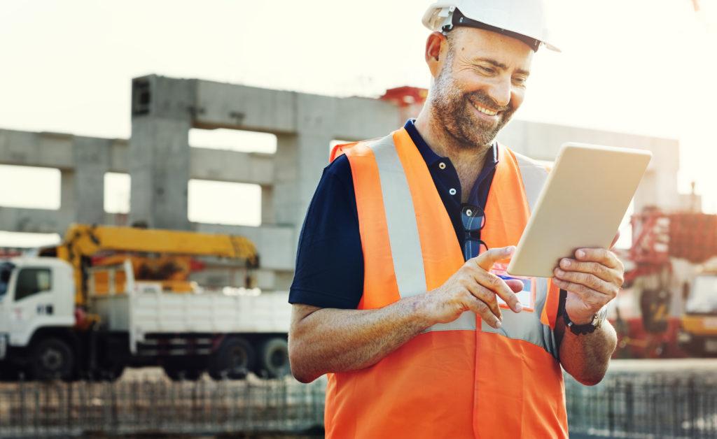 Engenheiro usando plataforma online para gestão de obra